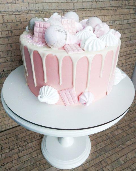 """Торт """"Нежно-розовый с безе, шарами, и мини-плиткой"""""""